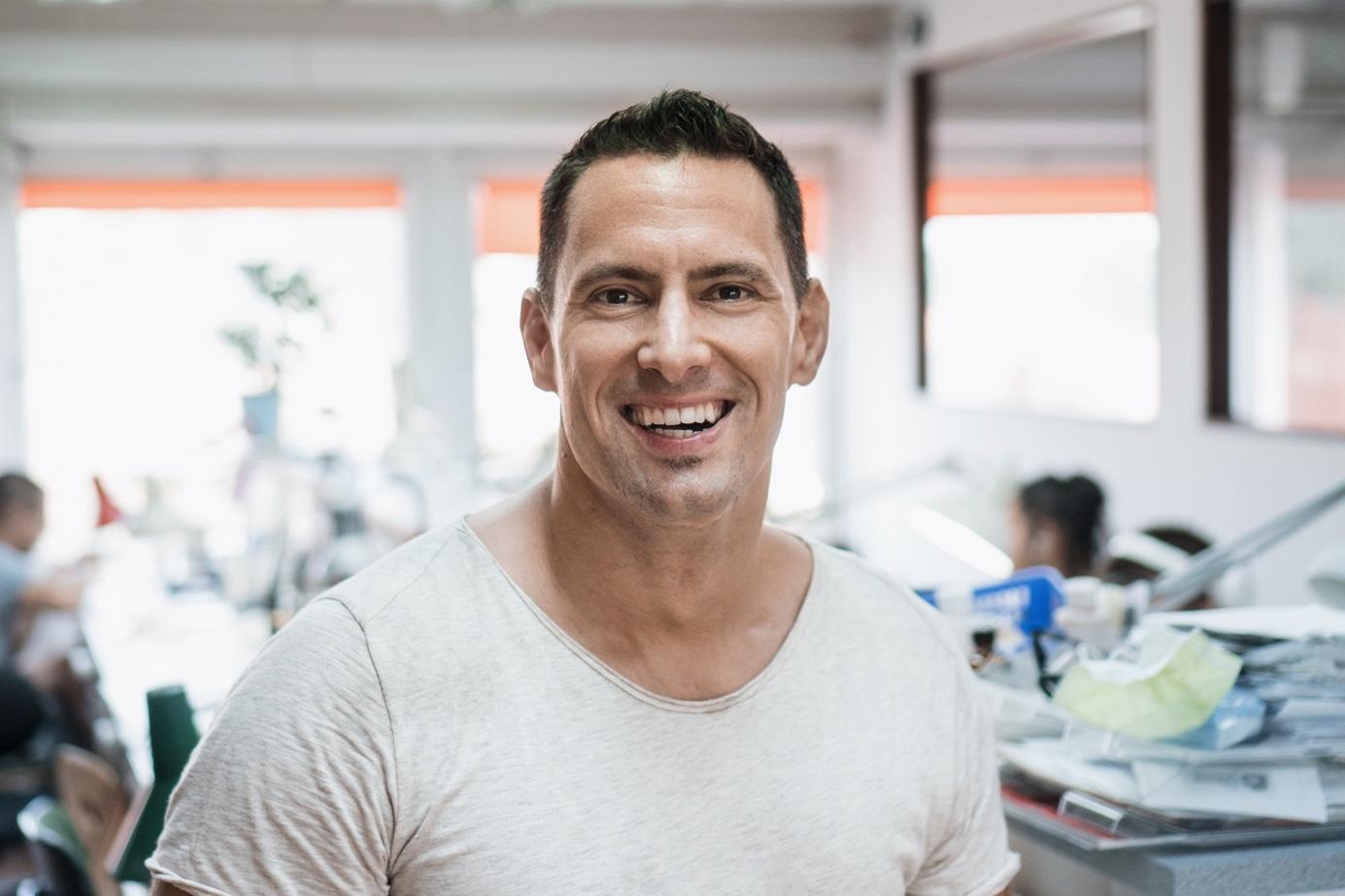 """""""Kell motiváció, szakmai alázat, és hogy el akarjon mélyülni ebben a szakmában"""" – fogtechnikusképzés külső laborban"""